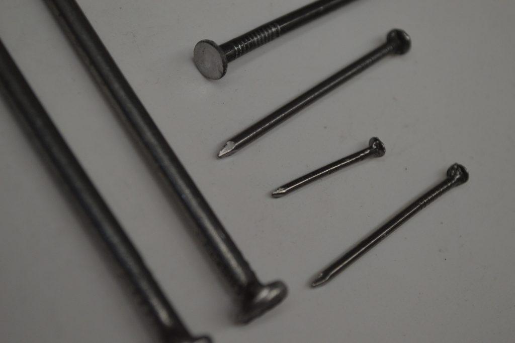 Clavo - material de construcción de acero.